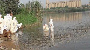 مراسم تعمید صابئین مندایی در رودخانه کارون اهواز به مناسبت عیدپاک (دهواربا) و آغاز سال مندایی