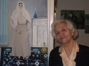 مهرانگیر ملاح در کنار پرتره مادربزرگ اش