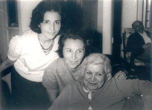مه لقا ملاح (نفر وسط) و مهرانگیز ملاح در کنار مادرشان