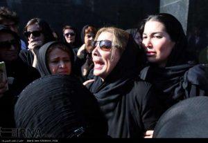 همسر ابوالحسن تهامی نژاد در مراسم خاکسپاری مادرش