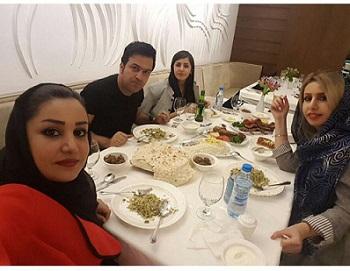 حامد آهنگی به همراه همسرش و خواهران همسرش