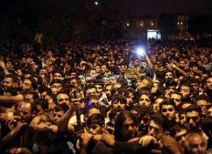 جمعیت منتظر برای اجرای حکم اعدام قاتل آتنا