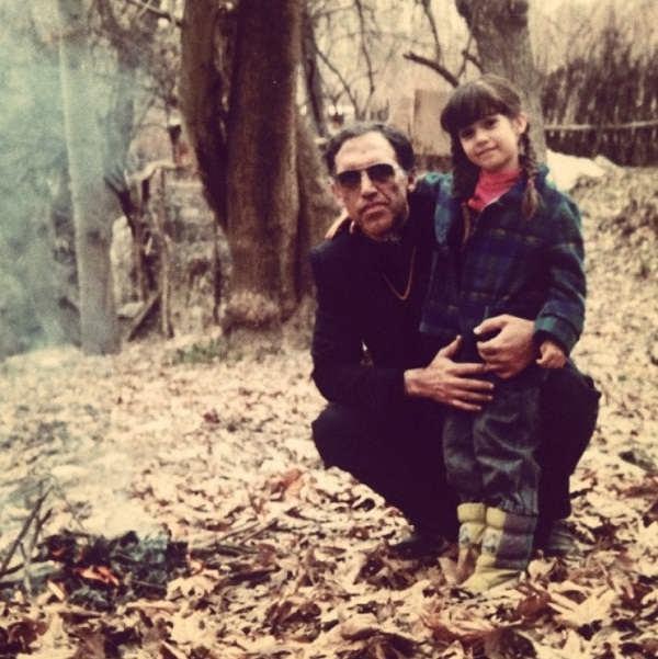 عکس کودکی شهرزاد کمال زاده در کنار پدرش