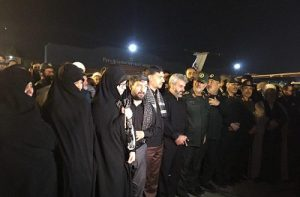 همسر و مادر شهید محسن حججی در انتظار پیکر مطهر شهید