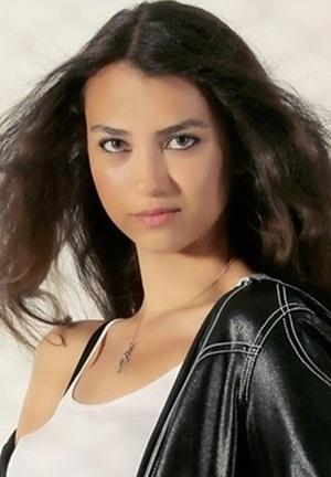بیوگرافی آلینا سولاکر بازیگر نفش مارال در غنچه های زخمی