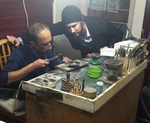 دمى با اوس رضا در حال ساخت طلا