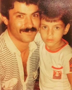 عکس کودکی سام درخشانی در کنار پدرش