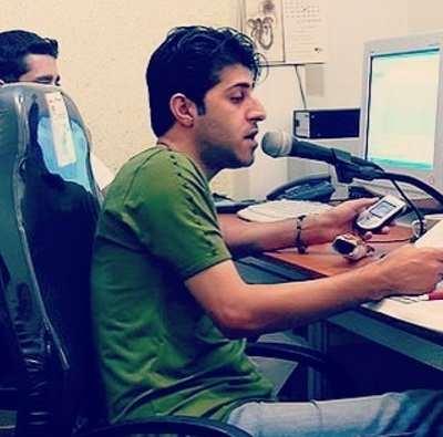 عکس هومن حاجی عبدالهی در دهه هشتاد در حال دوبله