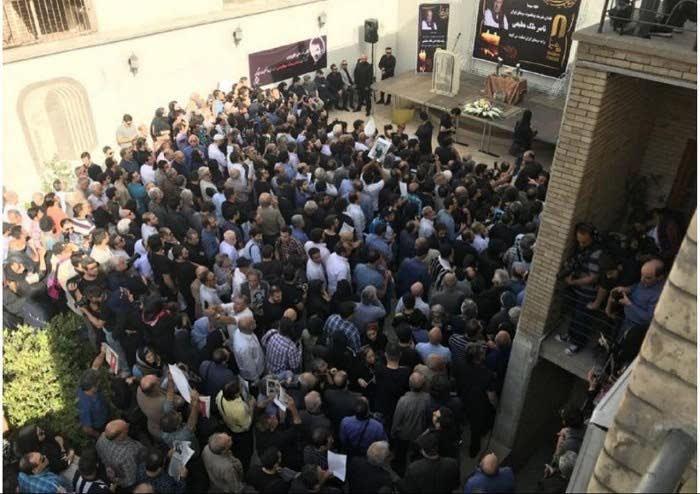 حضور مردم در خانه سینما برای مراسم تشیع ناصر ملک مطیعی