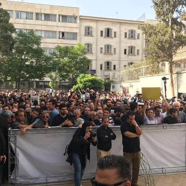 حضور پرشکوه مردم در تشییع جنازه ناصر ملک مطیعی