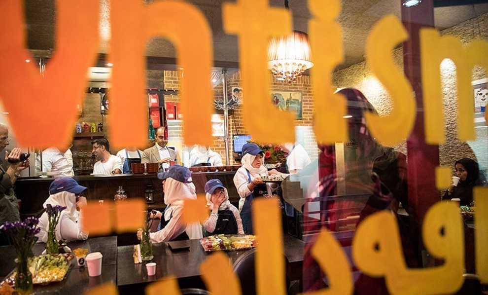 سرو کافه ها در کافه دانتیسم توسط بچه های اوتیسم