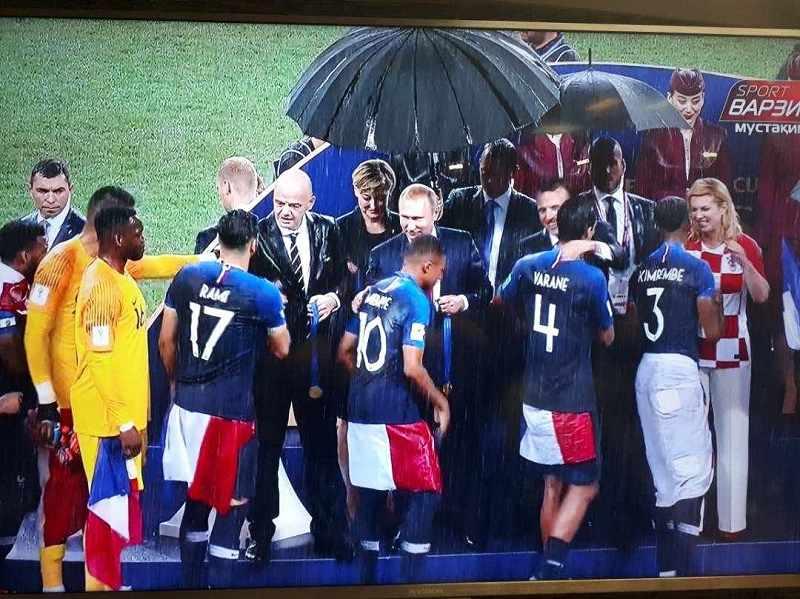 دریافت مدال قهرمانی زیر بارش شدید باران