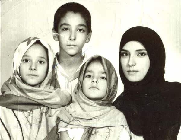 عکس هدی جراح در کنار مادر خواهر و برادرش