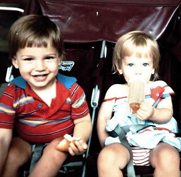 عکس کودکی اسکارلت و برادر دوقلوی او