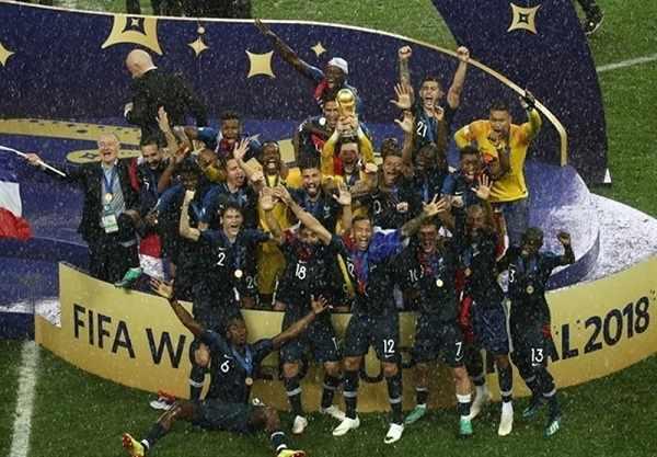 لحظه بالا بردن جام توسط فرانسه