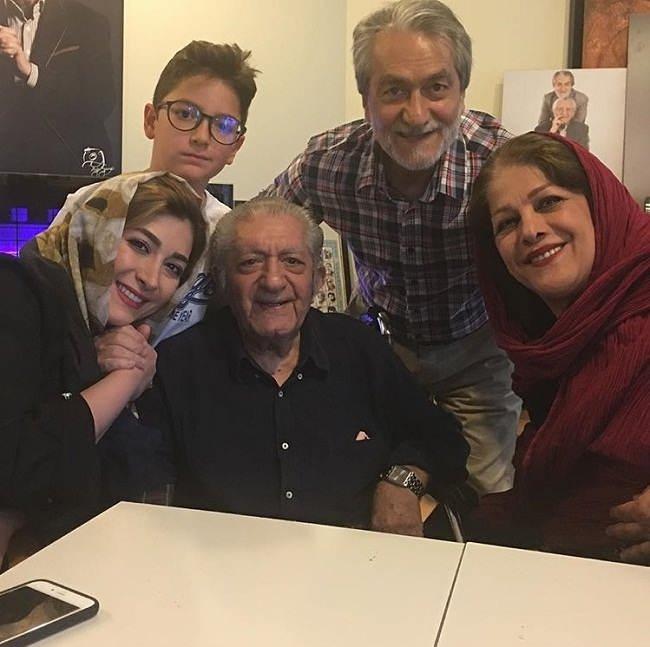 عکس عزت الله انتظامی در کنار پسرش و خانواده اش