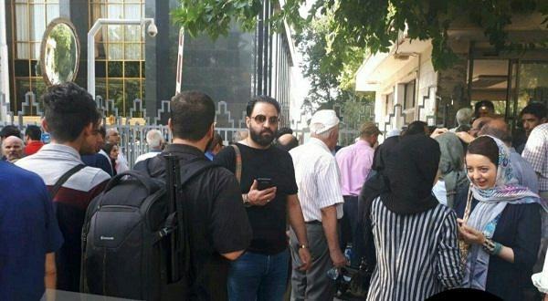 بی نظمی و ممانعت از ورود خبرنگاران و عکاسان در مراسم تشییع عزتالله انتظامی و عدم همکاری پرسنل تالار وحدت با خانه سینما