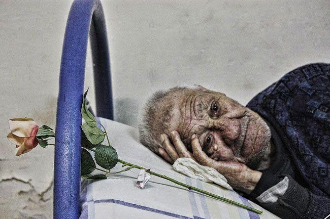 عکس تنهایی سالمند در خانه سالمندان
