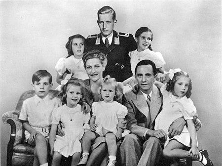 ماگدا و یوزف گوبلس به همراه فرزندان شان