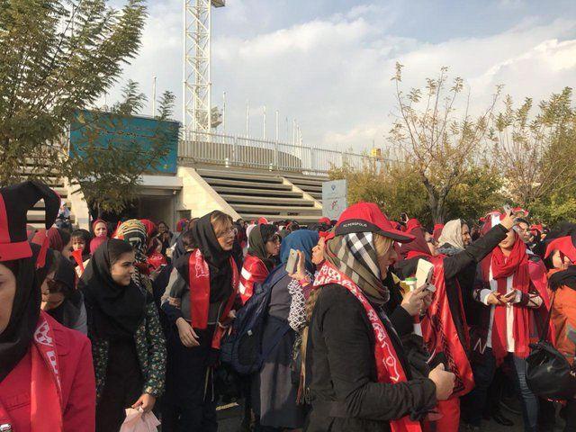 حضور بانوان برای ورود به ورزشگاه ازادی