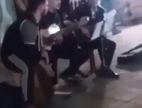 فیلم حمله به نوازنده خیابانی + واکنش هنرمندان