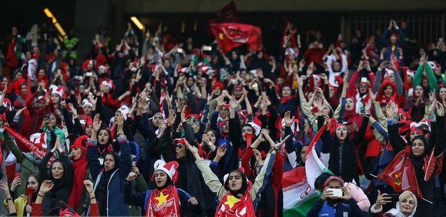 فیلم و عکس لحظه ورود بانوان به ورزشگاه آزادی + تشویق ایستاده مردان