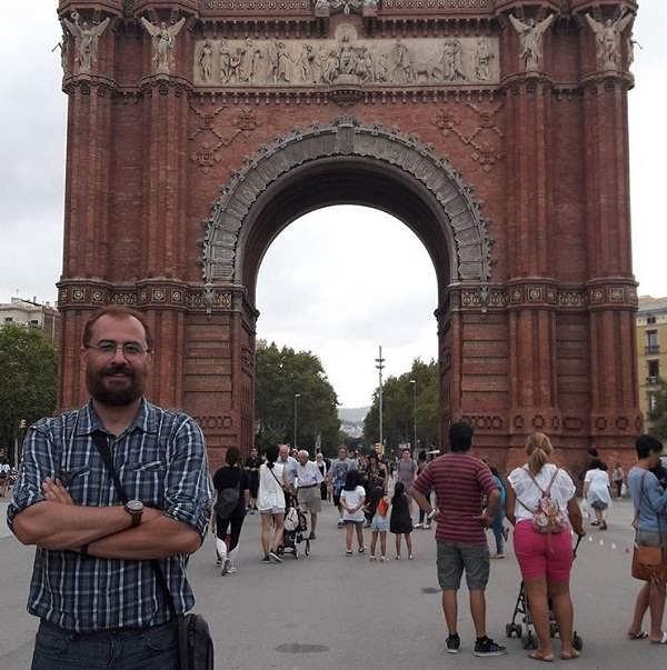 عکس سیاوش مفیدی در مقابل طاق پیروزی شهر بارسلون