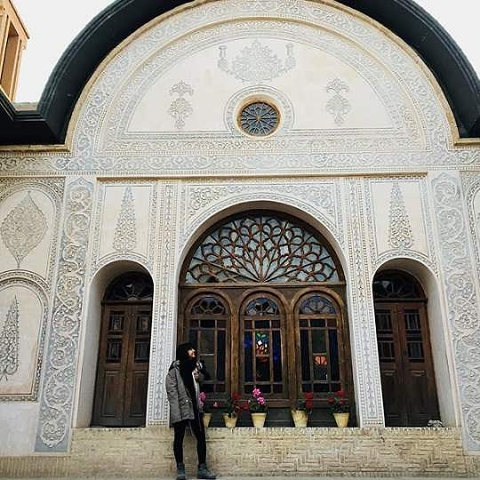 عکس های نیکی نصیریان در محل سریال بانوی عمارت