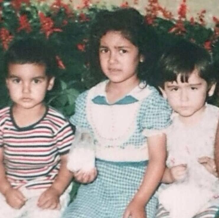 عکس کودکی زیبا بروفه در کنار خواهر و برادرش