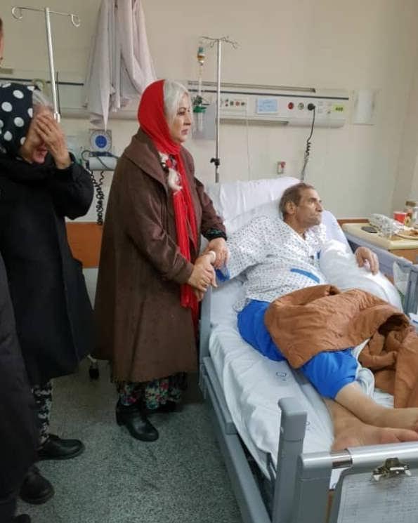 فرحناز منافی ظاهر در کنار حسین محب اهری در بیمارستان