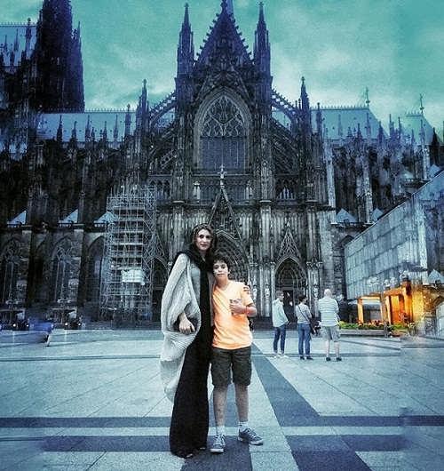 عکس ویشکا آسایش و پسرش در مقابل کلیسای کلن