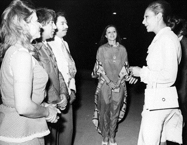 فرح پهلوی در حال گفتگو با فرزانه تأییدی، علی نصیریان، عزتالله انتظامی و مهین شهابی در جریان جشن هنر شیراز