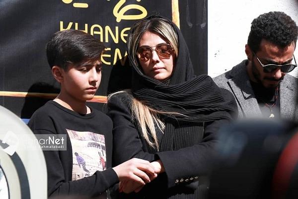 عکس همسر و فرزند خشایار الوند در مراسم تشییع جنازه او