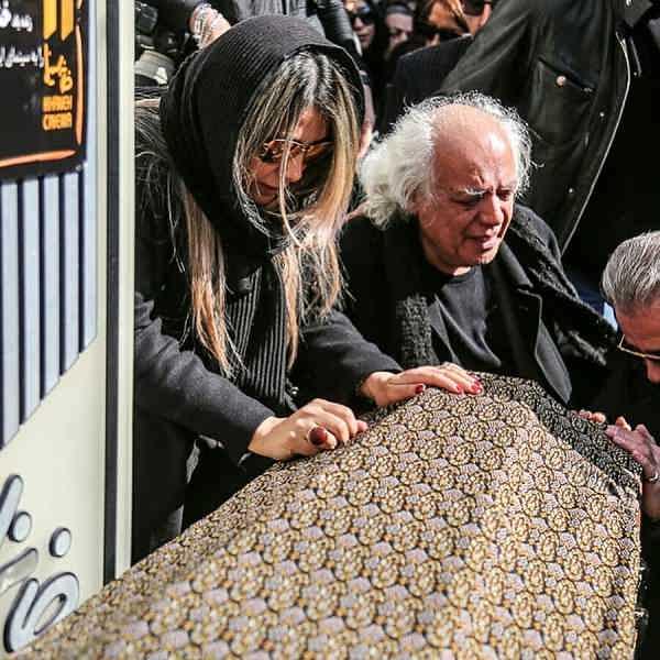 عکس همسر و فرزند خشایار الوند در مراسم تشییع جنازه او۲