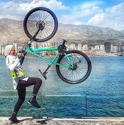 عکس لیدا کاوه در حال دوچرخه سواری
