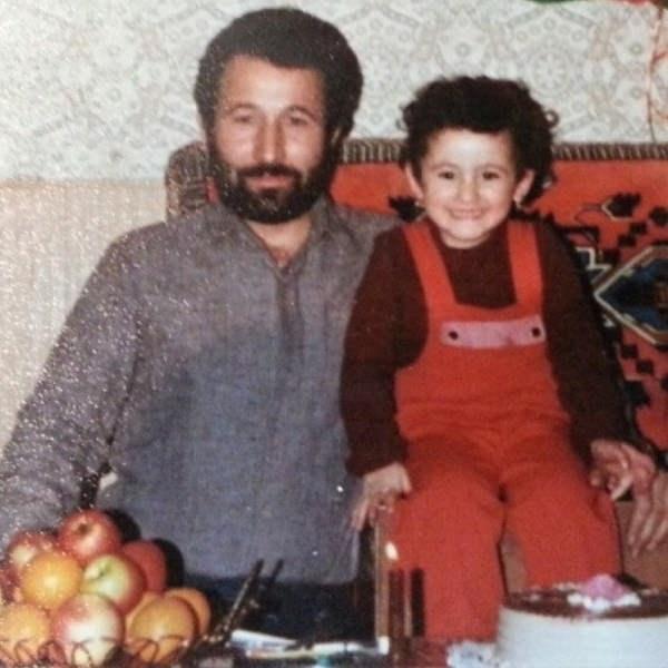 عکس کودکی فائزه عزیزخانی دختر شیرین آقاکاشی در کنار پدرش