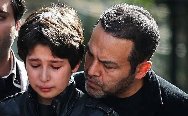 عکس جانیار عرب نیا در مراسم خاکسپاری مادرش عسل بدیعی