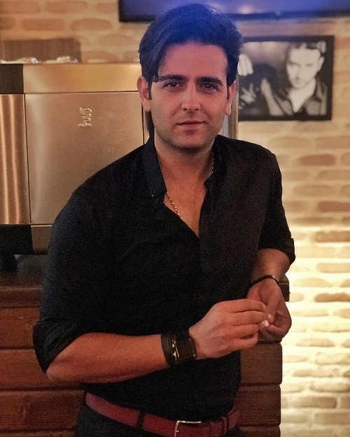عکس امیرحسین آرمان در رستوران پارادیزو