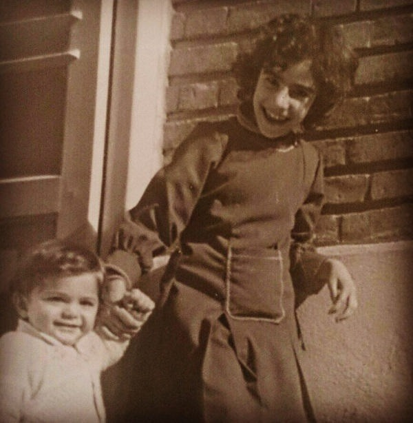 عکس کودکی علیرضا آرا در کنار خواهرش مرجان