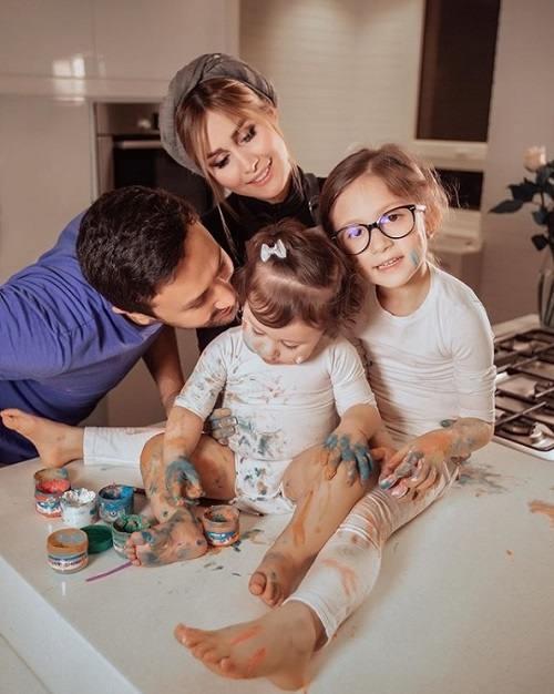 عکس شاهرخ استخری و همسر و فرزندانش پناه و نبات