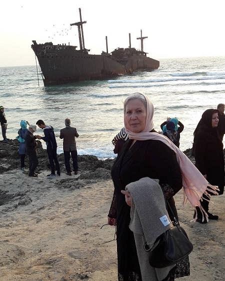 عکس صفا آقاجانی کنار کشتی یونانی در جزیره کیش
